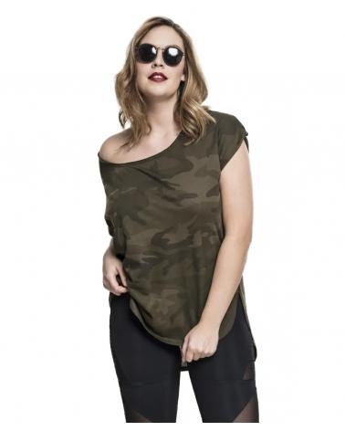 femme portant un t shirt imprimé camouflage kaki