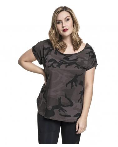 femme portant un t shirt imprimé camouflage noir