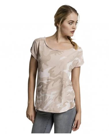 femme portant un t shirt imprimé camouflage beige sable